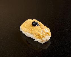 自家製海苔の佃煮が、磯の風味を漂わせる紫ウニの握り。