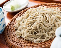 丁寧に挽いて打ち、手際よく茹でる繊細な蕎麦が味わえる。