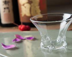 夜は完全予約制のコース料理を日本酒やワインとともに味わえる。