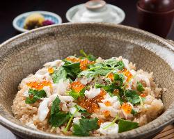 季節の味を堪能できる土鍋の炊き込みご飯は、香り豊か。