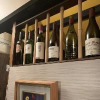 店内に一歩踏み入れると、ワインケーヴのような素敵な店内が…