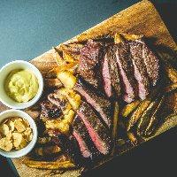 自家熟成肉「6種類」の部位を炭火でじっくりと焼き上げます。