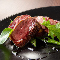 シェフが丁寧に作り上げた肉料理は一度食べるとやみつきに!