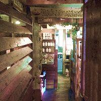 木の温もり溢れる店内。 パーティション仕切りのお席もご用意!