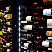【50種類を常備】 世界各国から仕入れたワインを気軽に飲み比べ