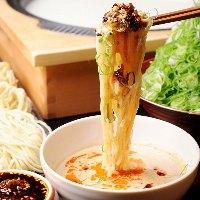 〆の中華麺は豚骨ベースの 胡麻ダレと自家製辣油で
