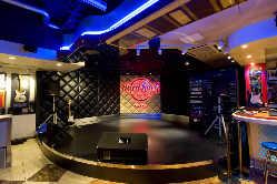 ステージが常設♪ 毎週金曜日の夜はLIVEがございます