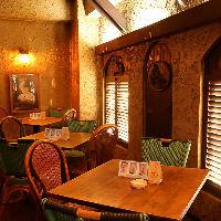 テーブル&カウンター ログハウス風の温かな雰囲気