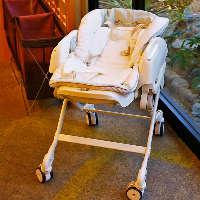 ベビーベッドもございます。赤ちゃん連れの際もご安心ください。