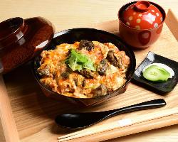 高級感ある和の空間で絶品の焼鶏や季節の食材をお楽しみください
