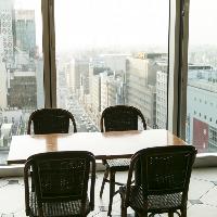 〈眺望抜群〉 開放的な窓際席。陽光あふれる昼間の眺めも壮観