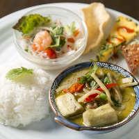 〈お得なランチ〉 人気料理が味わえるランチプレートが6種類。