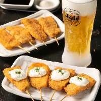 揚げたての串カツを冷た~いビールと共にどうぞ!