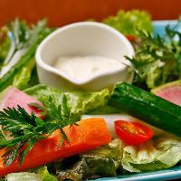 お通しは、旬の野菜スティックに豆腐マヨディップを添えて