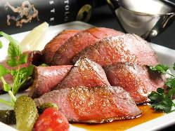 噛むほどに豊かな味わいが押し寄せる神戸牛ローストビーフは絶品