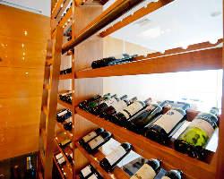 開放感溢れるガラス窓からは西梅田の夜景もお楽しみいただけます
