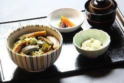 抹茶を中心とした和スイーツと軽食をご用意しております。