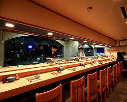 ミナミの夜景が見えるカウンター。
