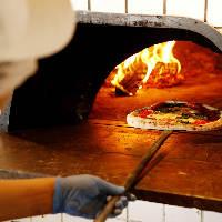 自慢のピッツァは一枚ずつ薪窯で焼き上げます! テイクアウト可