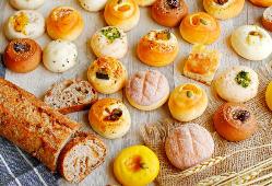 毎朝お店で焼き上げる豊富なパンが自慢!焼きたてパンもぜひ!