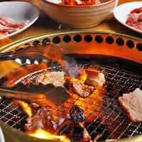 各テーブルに設置した七輪で芳ばしく焼いてお召し上がりください