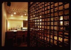 店内は落ち着いた雰囲気でお酒や料理が楽しめます