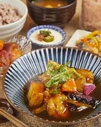一番人気の「若鶏とたっぷり季節野菜の黒酢あん定食」★☆