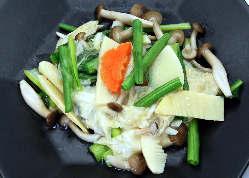 米で作ったおこげに野菜あんかけをしました。熱々石鍋でどうぞ