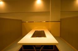 御影石のテーブルは6人掛け VIPな方の接待にも使えます