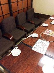 16名様までの完全個室。肘掛け付きの座椅子でゆったり寛げます。