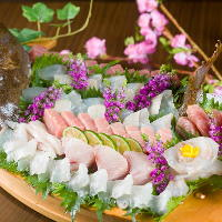 料理長自ら木津市場に出向いて、仕入れた鮮魚の造り・寿司が自慢