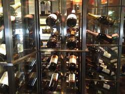 約50種のワインを取り揃えているガラス張りワインセラー