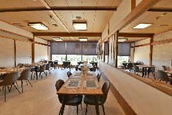 落ち着いた店内はテーブル席・掘りごたつ席・個室もございます