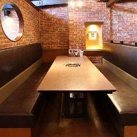 6名様テーブル席 ロングシートの余裕空間