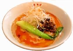 練りゴマの風味豊かな味わいが感じられる坦々麺。