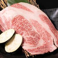 どでか肉はロースターからはみ出してしまうほどの大きさ!