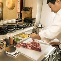 都内有名店で修行を積んだ肉職人の繊細なカット技術が光ります