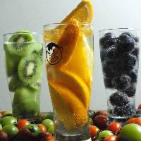 栄養を考えた新鮮フルーツどっさり!生搾り酎ハイはイチオシです