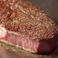 <黒毛和牛のステーキ> 溢れ出る肉汁をご堪能ください。