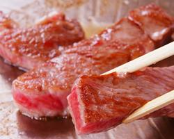 ステーキ・焼肉。鉄板で焼いていただき、お塩やつけたれで。