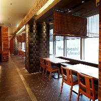 景色を眺めながらゆっくりとお食事をご堪能頂ける窓際席あり。