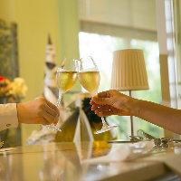 多彩なワインで乾杯。ソムリエセレクトの銘柄もご提案いたします