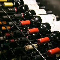 ワインセラーには常時約100種のスペインワインが揃います。