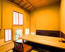 静かな個室で坪庭を眺めながら 接待や大切な人とのお食事に
