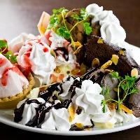 ケーキやアイスクリームをお皿いっぱいにのせた『メガドルチェ』