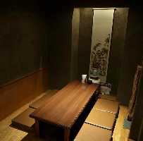 ゆったり落ち着いた店。掘りごたつ座敷とテーブル席の半個室あり