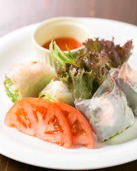 ベトナムの名物料理 生春巻きは3種類ご用意しています♪