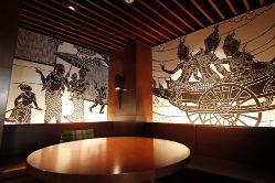 24のアートが壁全面に/ラウンジでは、ひと時の語らいを