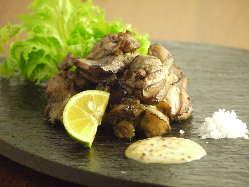 高知のはちきん地鶏も!刺身もいける新鮮な鶏肉をサッと炙り!