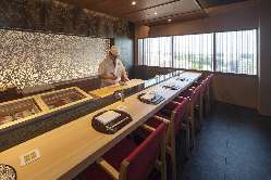 花見小路では、板前が握る絶品の寿司に美味しいお酒が楽しめます